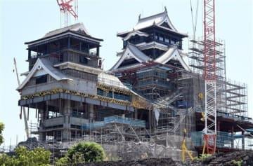 復旧工事が進む熊本城天守閣。2019年秋には大天守の外観工事が終了見込みという=8月29日(上杉勇太)