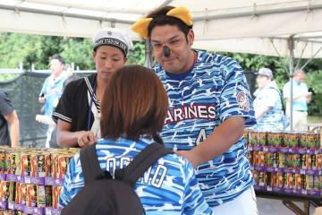 試合前にコアラのマーチくんに扮してお菓子を配るアジャ井上選手