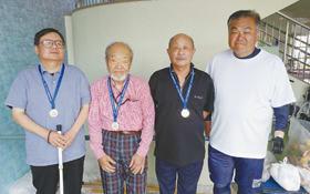 優勝した(右から)岸田さん、細野さん、池内さん、上田さん