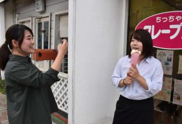 動画を撮影する鈴木淑乃さん(左)と高原舞さん。市民から聞き取ったお薦めの場所を紹介する