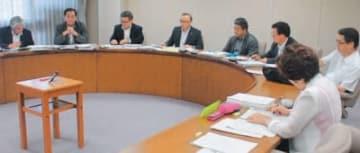 請願を審査する県議会商工労働企業委員会
