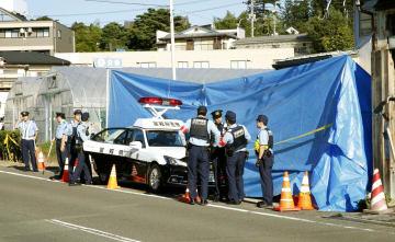 巡査長の男性が刃物で刺され、搬送先で死亡する事件が発生した東仙台交番前に集まる警察官=19日午前7時30分、仙台市宮城野区