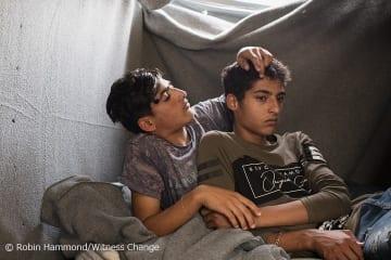 シリアのデリゾールから逃れモリアに勾留される青年たち。シリアに残ることは政府軍か イスラム国のどちらかとして戦うことを意味していたという(2018年5月撮影)