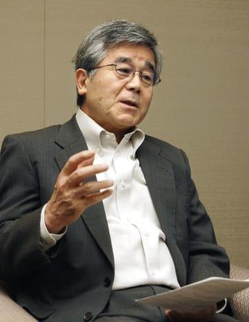インタビューに答える元金融庁長官の佐藤隆文氏