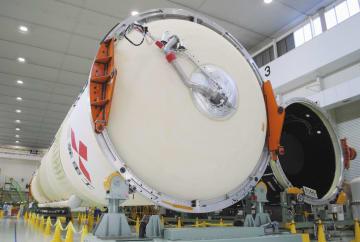 三菱重工業が公開したH2Aロケット40号機の胴体部分=19日午後、愛知県飛島村