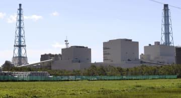 北海道電力の苫東厚真火力発電所。左が再稼働した1号機=19日午前9時56分、北海道厚真町