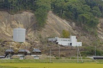 地震で崩れた土砂が流れ込んだ北海道厚真町の富里浄水場=16日