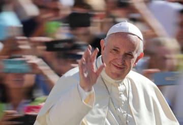 バチカンのサンピエトロ広場での一般謁見で、信者らに手を振るローマ法王フランシスコ=12日(ロイター=共同)