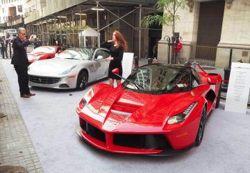 フェラーリのハイブリッド車「ラ フェラーリ」(手前)=2015年10月、米ニューヨーク(共同)