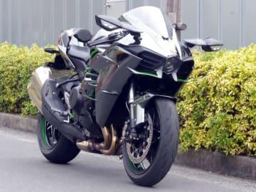 スーパーチャージャーを搭載する、カワサキ渾身のフラッグシップバイク「Ninja(ニンジャ) H2」を都内の通勤で試乗してみました。モンスターマシンの街中での乗り心地はどんなものか? 1週間きっちり試乗したインプレッションをお届けします。