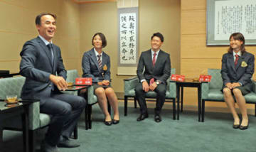 母校の立命大の現役アスリートらと懇談する長谷川滋利さん(左)=立命大朱雀キャンパス