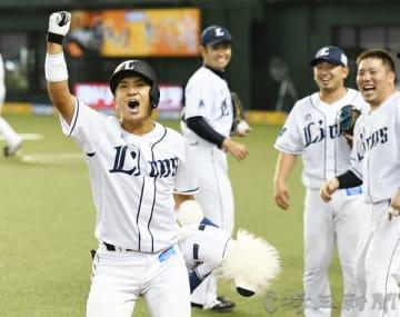 埼玉西武―日本ハム 4回裏埼玉西武2死二塁、2ランを放った山田(右から4人目)がスタンドへ向けガッツポーズをする