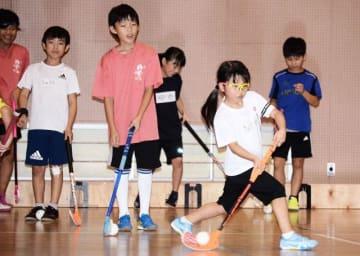 スティックを器用に扱い、真剣な表情で練習に取り組んでいる=川崎市中原区の市立東住吉小学校