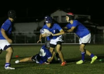 放課後ラグビー教室でゲーム形式の練習をする玖珠RSの中学生ら=玖珠町
