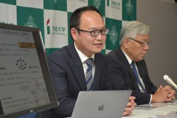 コラボウィズを設立し、社長に就任した鈴木智也教授(左)=県庁