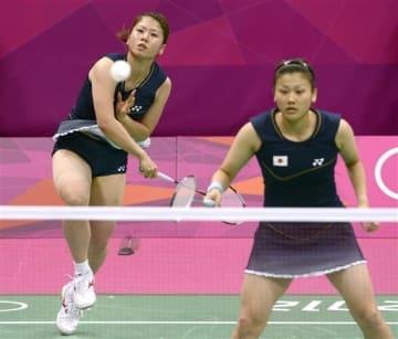 ロンドン五輪のバドミントン女子ダブルス決勝でプレーする藤井瑞希選手(左)、垣岩令佳選手のペア=2012年8月