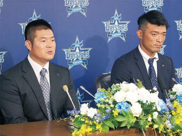 スーツ姿で会見に臨んだ「ゴメス」こと後藤選手(左)と加賀投手
