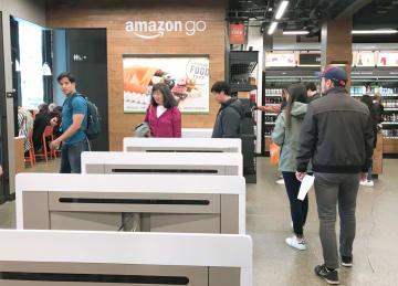 「アマゾン・ゴー」の店内から出る買い物客ら=3月、米シアトル(共同)