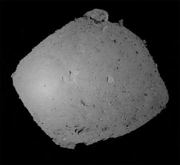 表面まで約635mの地点から撮影したリュウグウ。左側の明るい部分にある黒点がはやぶさ2の影とされる=JAXA提供