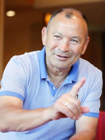 インタビューに答えるラグビーのイングランド代表監督のエディー・ジョーンズ氏