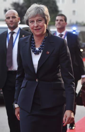 オーストリア・ザルツブルクで開催のEU非公式首脳会議の会場に笑顔で到着したメイ英首相=19日(AP=共同)
