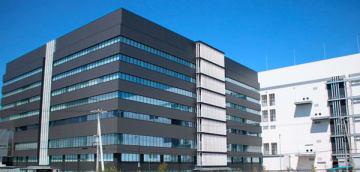 【完成したメモリ開発センター(手前)と第6製造棟=四日市市山之一色町で】