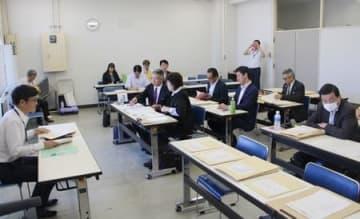 新潟市長選の立候補予定者向けの説明会=19日、新潟市役所