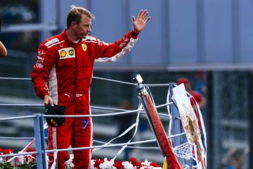 F1イタリアGP決勝で2位に入り、表彰台で観客に応えるライコネン=Ferrari