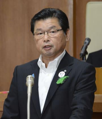 山口県阿武町議会の本会議でイージス・アショアの配備反対を表明する花田憲彦町長=20日午前