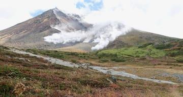 初冠雪した北海道最高峰の大雪山系旭岳=20日午前