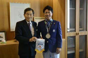 ジャカルタ・アジア大会の結果を水上信宏町長(左)らに報告した堀米潤平選手