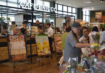 インテリアグリーン売り場とカフェが一体となった「カインズ日立店」=日立市留町