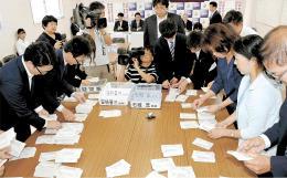 自民党総裁選の開票作業に当たる宮城県連関係者ら=20日午前10時30分ごろ、仙台市青葉区の県連事務所