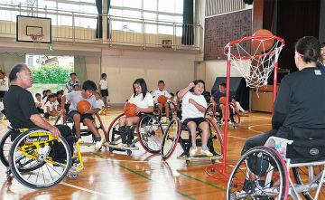 車いすバスケットボールに取り組む上南小児童=13日