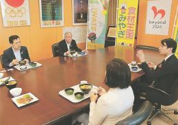 被災3県の食材を使ったメニューを試食する鈴木五輪相(奥右)、池田さん(手前右)