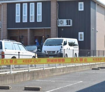 遺体が発見されたアパートを捜索する県警の捜査員=7月20日午後3時10分、かすみがうら市稲吉東