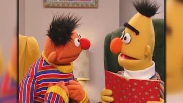 9月20日、米国の子ども向け人気番組「セサミストリート」のマペットキャラクターであるバート(右)とアーニー(左)の関係性について、ソーシャルメディアで新たな議論が巻き起こっている。脚本を担当していたマーク・サルツマンが、自らの同性愛関係を下敷きにしたと述べたためだ。 - (2018年 ロイター)