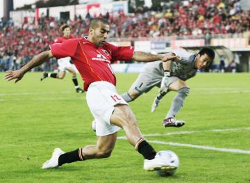 Jリーグの浦和に所属していた2004年11月の柏戦でプレーするエメルソン=柏