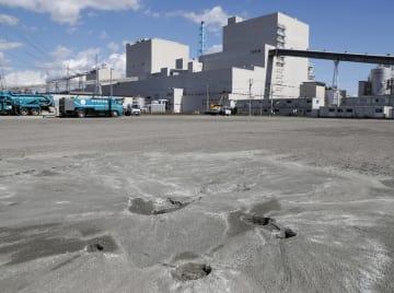 液状化した苫東厚真火力発電所の敷地=20日午後、北海道厚真町