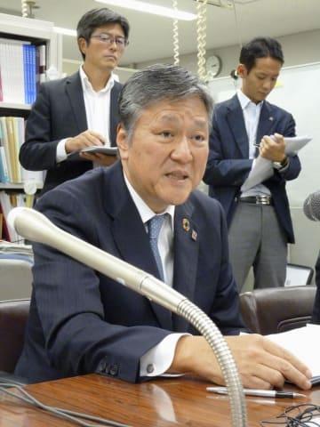 記者会見する日本損害保険協会の西沢敬二会長=20日、東京都中央区