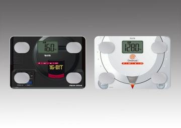 「メガドライブ体組成計」(左)と「ドリームキャスト体組成計」。(c)SEGA。(画像:タニタ発表資料より)