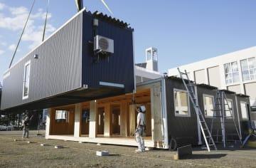 北海道厚真町で組み立てられる「モバイル型」の仮設施設=20日午後