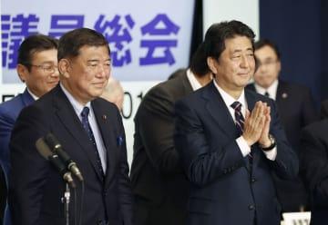 自民党総裁選を終えた安倍首相(右)と石破元幹事長=20日午後、東京・永田町の党本部