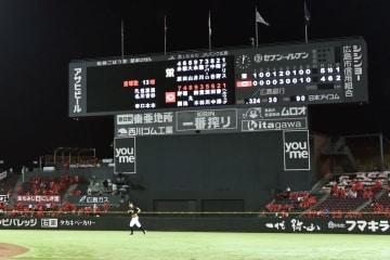 降雨の影響で未明に及んだプロ野球広島―阪神戦の試合が終了したマツダスタジアム=21日午前0時3分、広島市