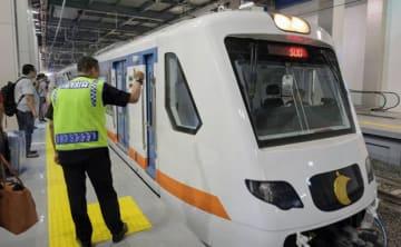 2017年12月に運行を開始した当初の空港鉄道=ジャカルタ(NNA撮影)