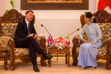 20日、ミャンマーの首都ネピドーで会談するハント英外相(左)とアウン・サン・スー・チー国家顧問兼外相(ロイター=共同)