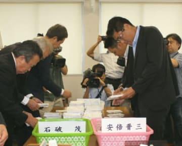 県内の自民党員票を開票する党関係者=20日、大分市