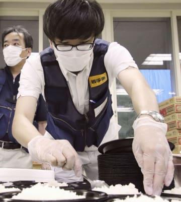 北海道安平町の避難所で食事の準備をする岩手県からの応援職員=20日