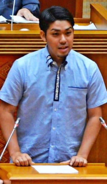 県民投票の意義を説明する「『辺野古』県民投票の会」の元山仁士郎代表=20日、県議会
