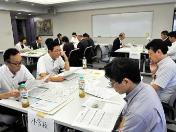 新聞コンクールの応募作品を審査する協議会員ら=岐阜新聞本社